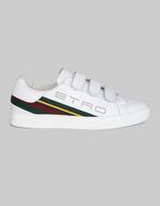 品牌标识运动鞋