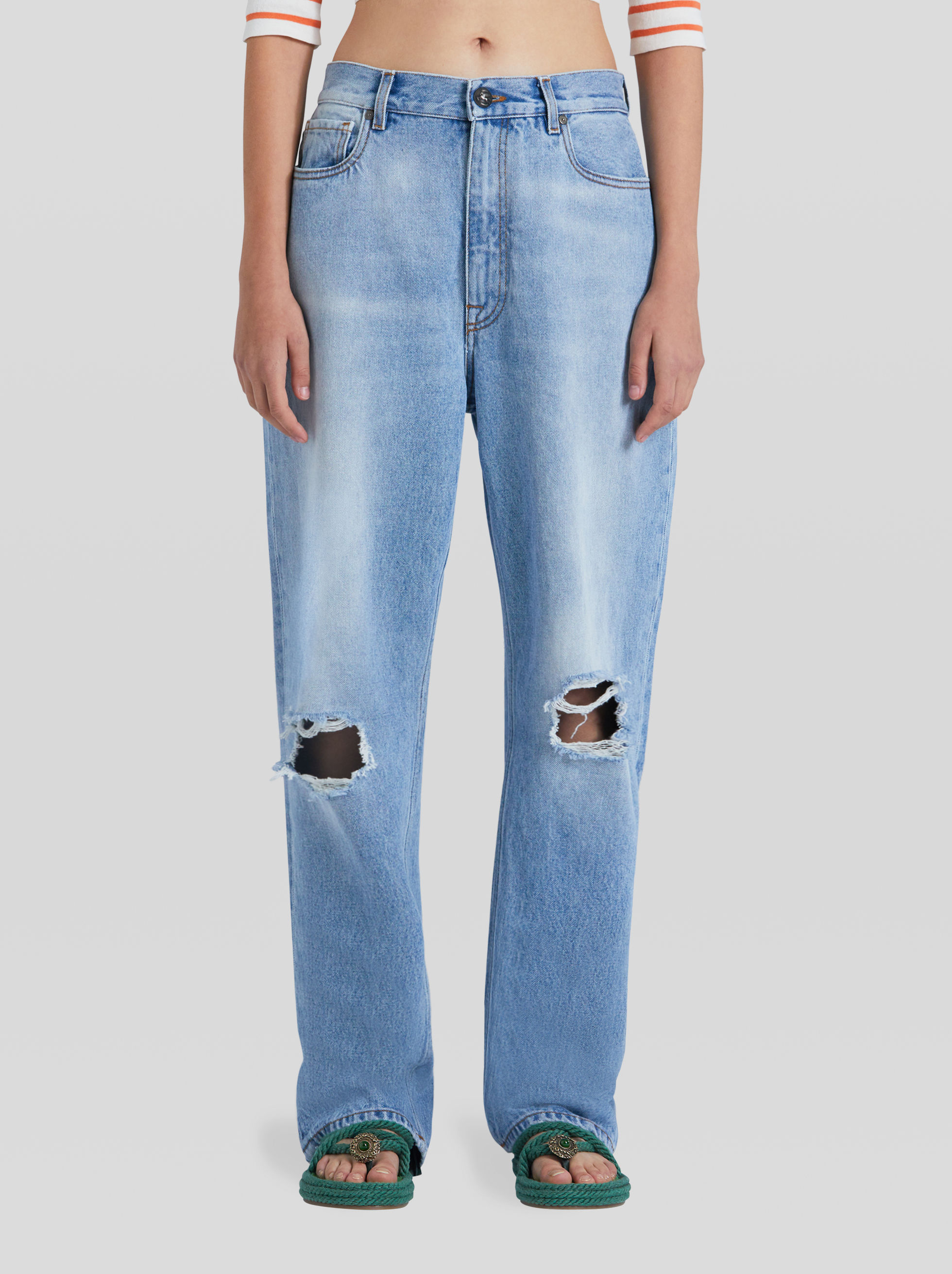 VAQUEROS DE DENIM DETALLES DISTRESSED