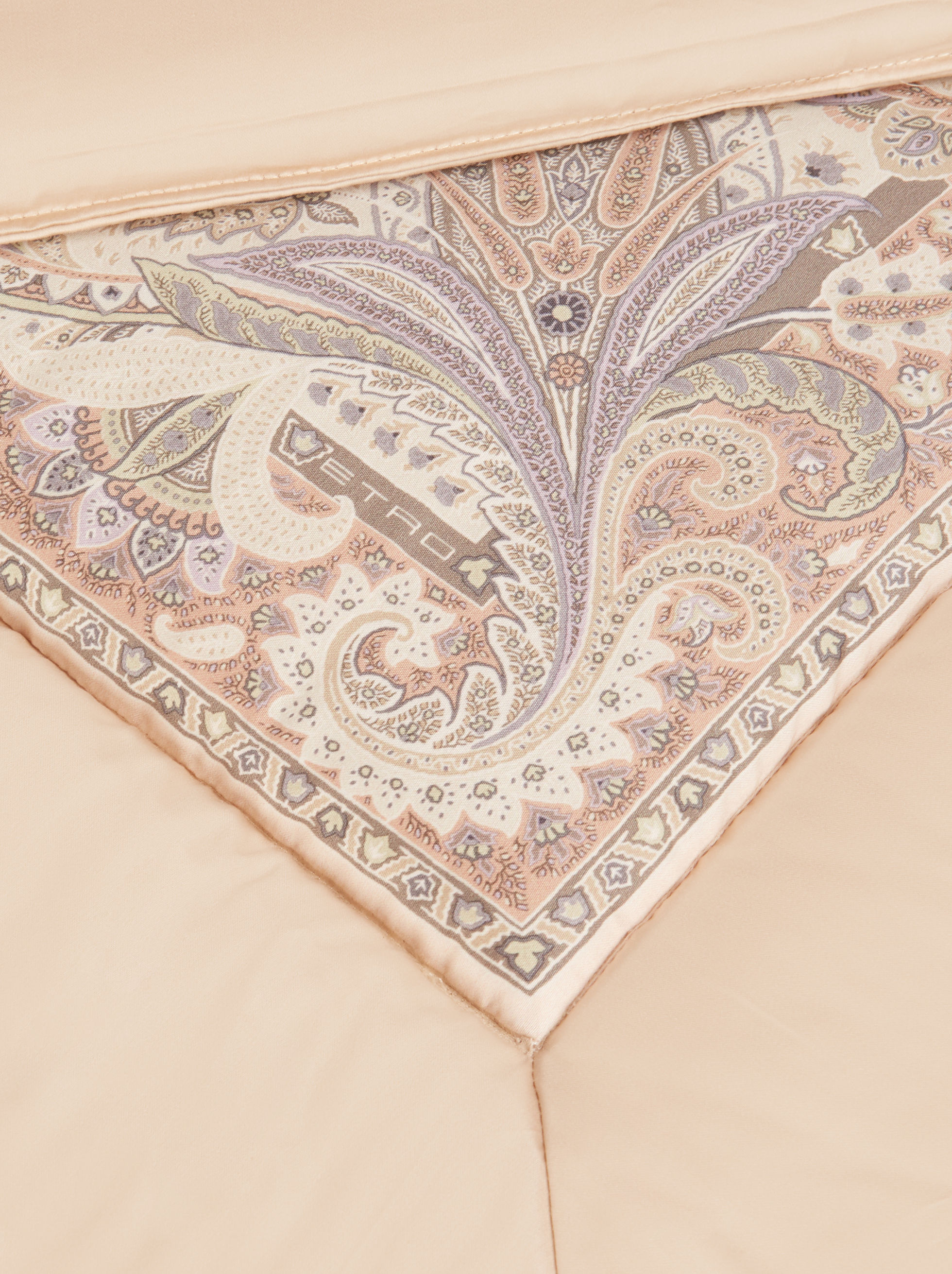 SATEEN QUILT WITH LEAFY PAISLEY DECORATIONS