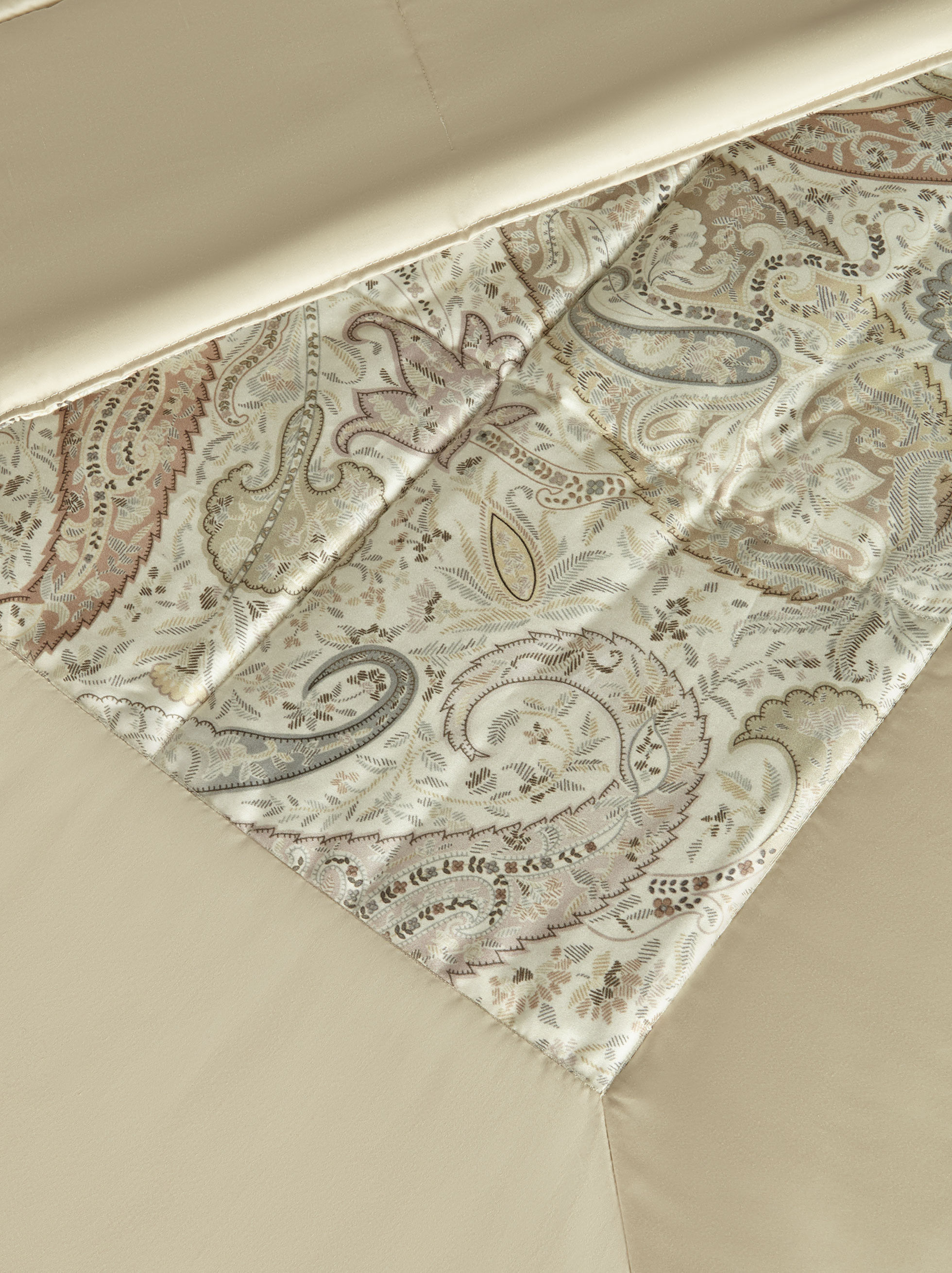 SATIN QUILT WITH PAISLEY PRINT