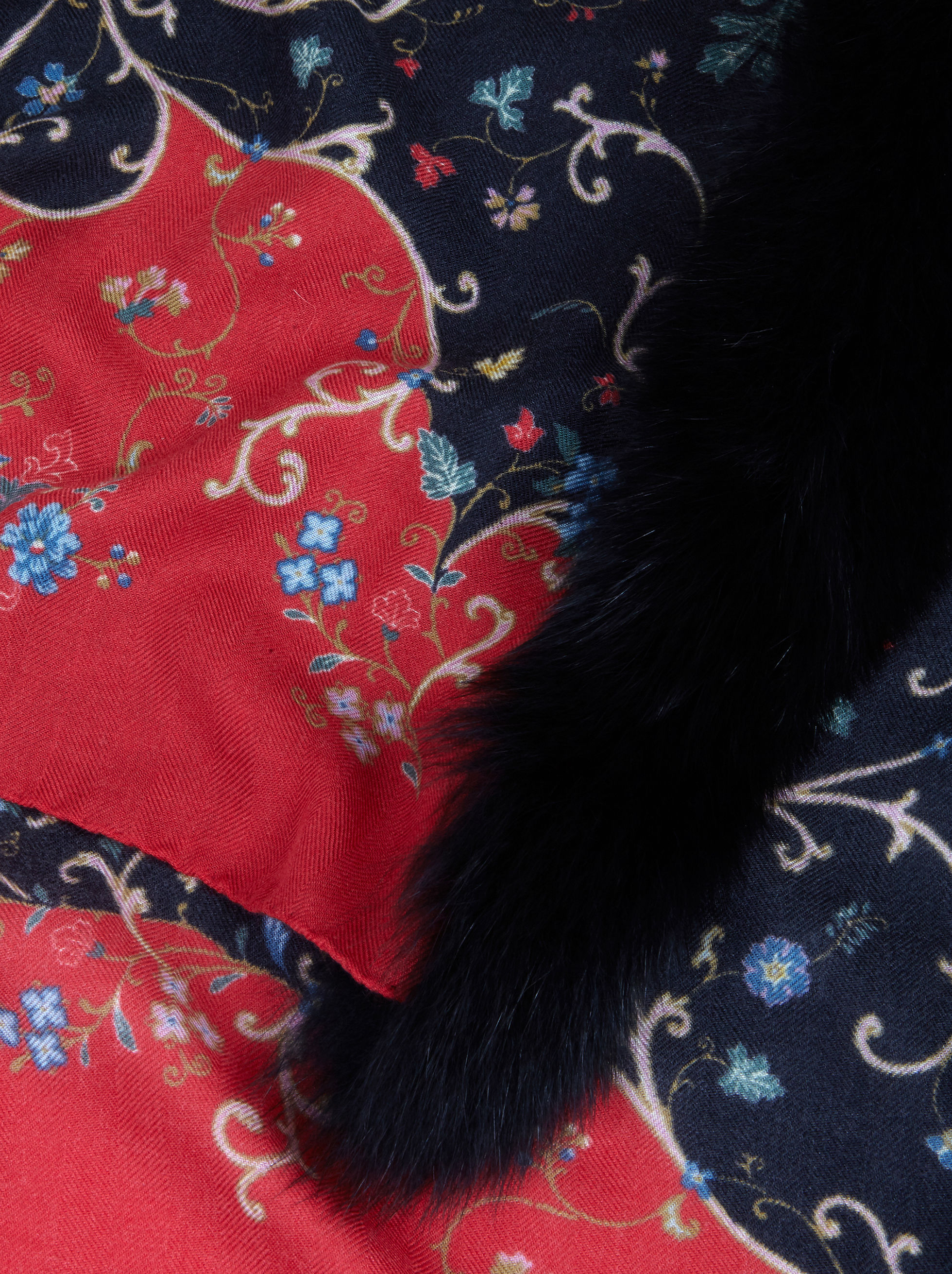 SCARF WITH FUR AND PAISLEY PATTERNS
