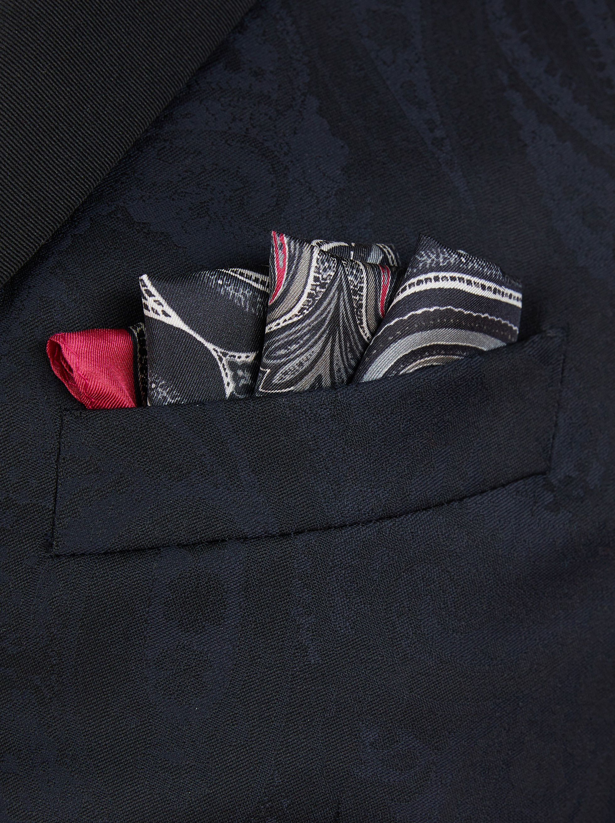 POCKET SQUARE WITH PAISLEY PRINT