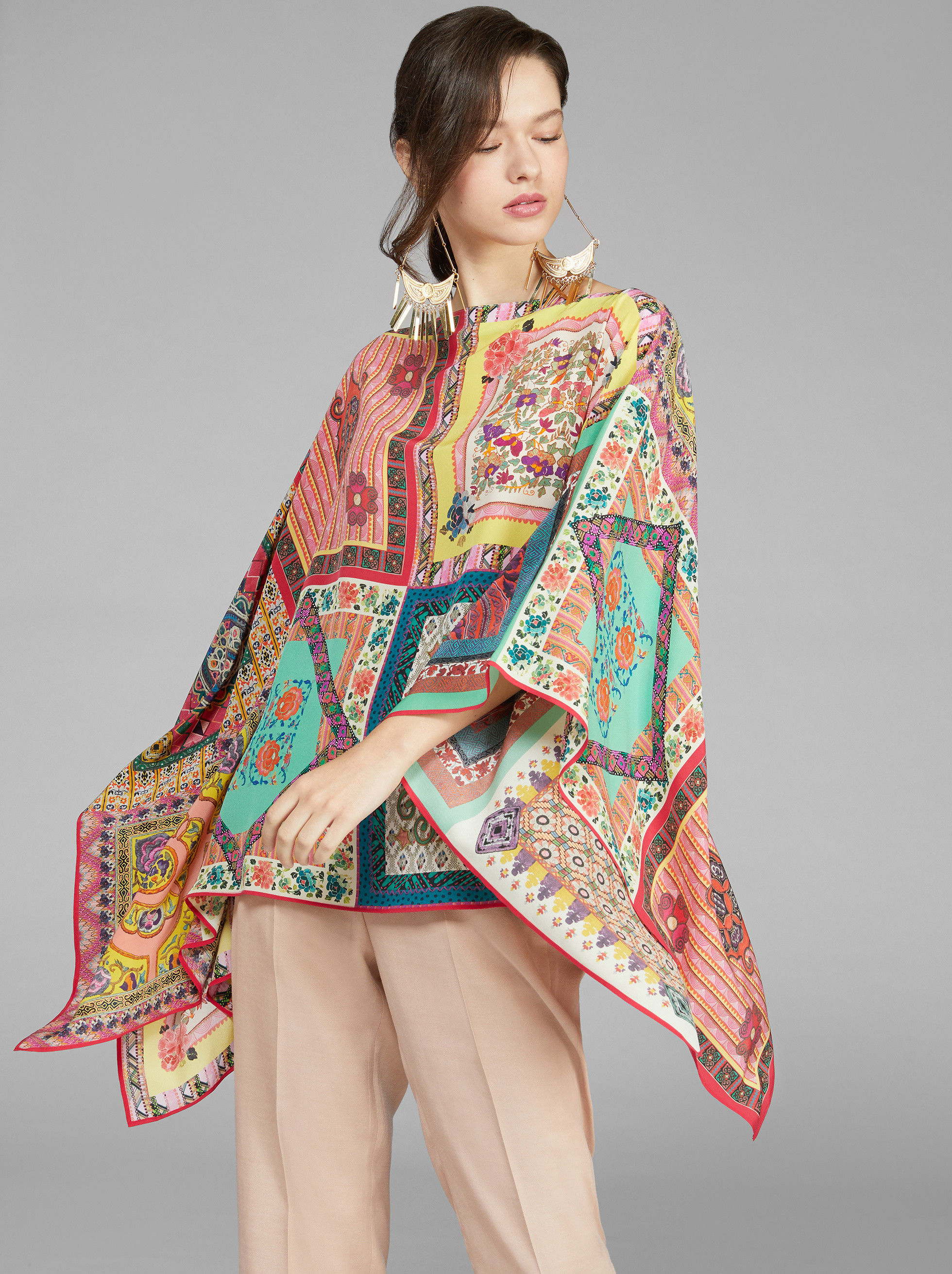 PONCHO CON STAMPA PATCHWORK